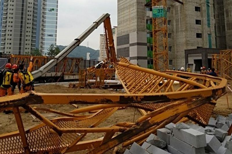 https: img.okezone.com content 2021 10 15 338 2486712 crane-jatuh-timpa-rumah-di-depok-dikabarkan-ada-korban-jiwa-CjrzUrdgm9.jpg