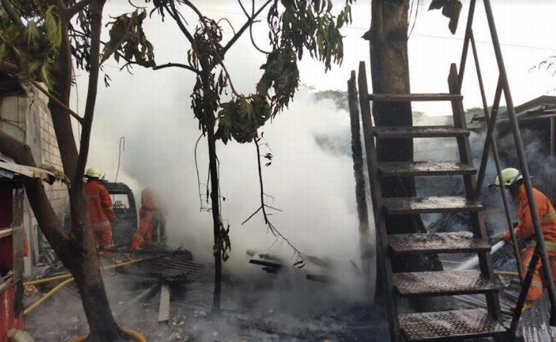 https: img.okezone.com content 2021 10 15 338 2486714 toko-furnitur-di-cengkareng-kebakaran-pemilik-rugi-ratusan-juta-w7vdwV08Iq.jpg