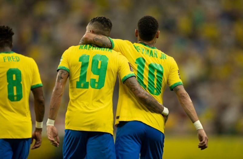 https: img.okezone.com content 2021 10 15 51 2486627 timnas-brasil-tinggalkan-uruguay-2-0-di-babak-pertama-yLG5cXkUOJ.jpg