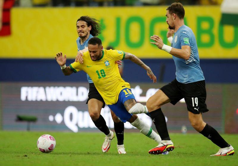 https: img.okezone.com content 2021 10 15 51 2486656 hasil-brasil-vs-uruguay-di-kualifikasi-piala-dunia-2022-zona-amerika-selatan-neymar-menggila-tim-samba-menang-besar-5vaQ3uskus.JPG