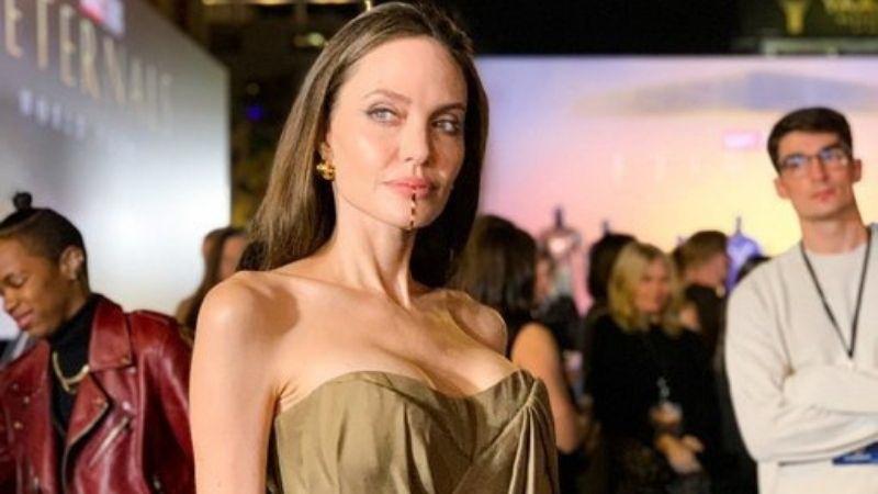 Penampilan Elegan Angelina Jolie Hadiri Premiere Film Eternals, Dagu Indahnya Curi Perhatian! thumbnail