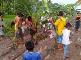 Protes, Warga Desa Satai Berkebun di Jalan Rusak