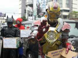 Ketika Superhero Menggalang Dana untuk Korban Longsor