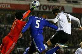 Bek Muda Chelsea Diselamatkan Helm Cech