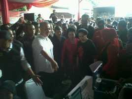 Megawati Sebar Sembako Bareng Tommy Winata
