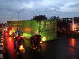 Truk Kontainer Terguling di Fly Over Bekasi