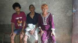 Semangat Nenek Muhinah Nafkahi Suami Buta Anak Gangguan Jiwa