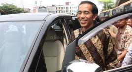 Blusukan ke Ngawi, Jokowi Serahkan Traktor ke Petani