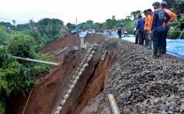 Ratusan Kendaraan Terjebak Longsor di Jalan Lintas Bengkulu