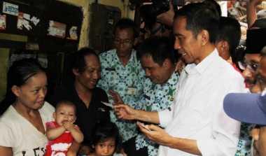 Jokowi Pamer Kartu Indonesia Sehat, tapi Tak Mau Sakit