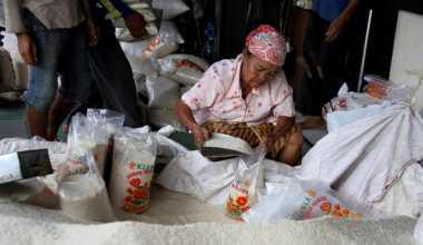 \   Bulog Aceh Langsung Sidak Beras Plastik   \