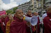 30 Biksu Radikal Myanmar Pimpin Demo Tolak Rohingya