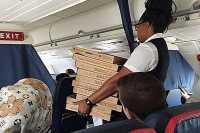 Penumpang Pesta Pizza dalam Pesawat