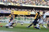 Imbang di Verona, Toni Kalahkan Tevez