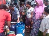 Kekeringan, Ratusan Warga Kemang Antre Air Bersih