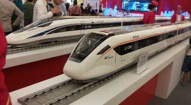 \China dan Jepang Adu Kuat Bangun Kereta Cepat RI\