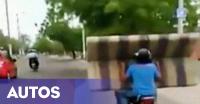 Bukan Sirkus, Biker Ini Angkut Sofa di Motornya