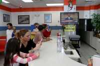Bahaya Nonton TV Sambil Ngemil Makanan