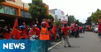 Demo, Buruh di Indramayu Bawa Anak Istri
