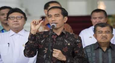 \Jokowi Bagi-Bagi Hadiahkan Celemek ke Pedagang\