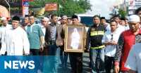 Tutty Alawiyah Dimakamkan di Sebelah Suaminya