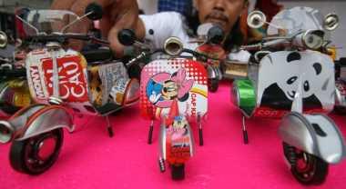 \INSPIRASI BISNIS: Sulap Kaleng Bekas Jadi Miniatur Vespa, Mobil dan Becak\
