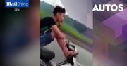Gaya Biker Remaja, 2 Kaki di Setang & Tangan Pegang HP
