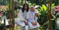 FOTO: Aming Pamer Kemesraan dengan Istri