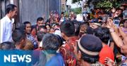 Jokowi Bagikan Sembako ke Warga Kwitang
