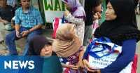 Sembako Pemberian Presiden Jokowi Jadi Rebutan Warga