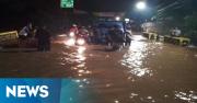 Nekat Terobos Banjir di Ciputat, Puluhan Mobil dan Motor Mogok