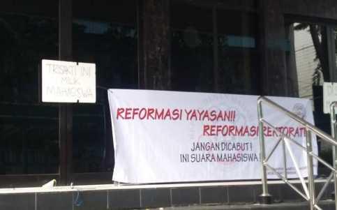 Gedung Rektorat Disegel, Universitas Trisakti Dijaga Polisi