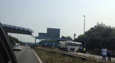 Jembatan Penyeberangan di London Ambruk ke Atas Truk, Satu Terluka
