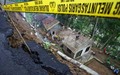 Hujan Deras di Jakarta, Dua Lokasi Dilanda Tanah Longsor