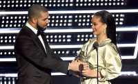 Romantisnya Drake Serahkan Trofi Video Vanguard VMA 2016 ke Rihanna