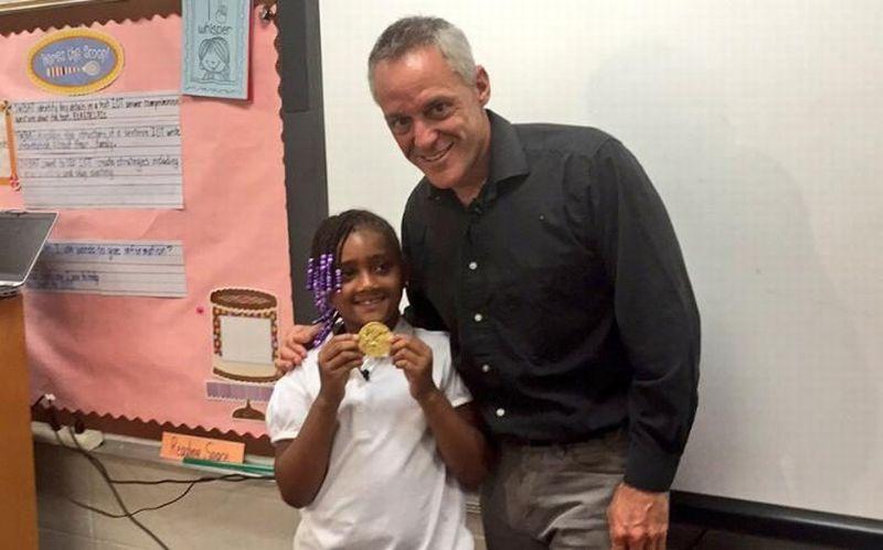 Seorang Bocah Temukan Medali Emas Olimpiade di Tempat Sampah