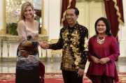 Ketika Presiden Jokowi Berbicara Intim dengan Ratu Belanda di Beranda Istana