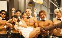 Pelanggan Wanita Siap Dimanjakan dengan Pria-Pria Kekar di Kafe Ini