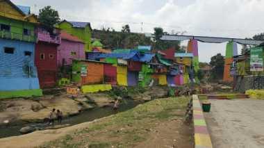 \Intip Cantiknya Kampung Warna-warni di Malang\