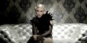 Gwen Stefani Memakai Busana Peggy Hartanto