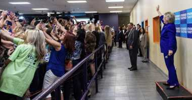 Tren Foto Selfie, Hillary Clinton Malah Dipunggungi Pendukung