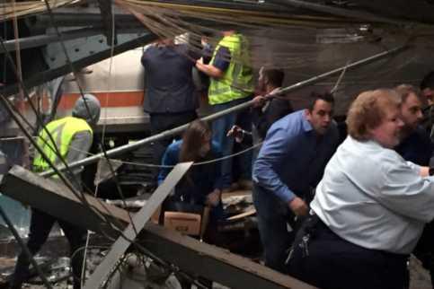 Kereta Api New Jersey Tabrak Stasiun, 100 Penumpang Terluka