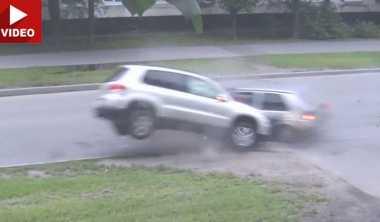 Ceroboh saat Belok, VW Tiguan Dihantam Golf
