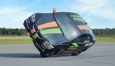 Aksi Wheelie Mobil BMW Tercepat di Dunia