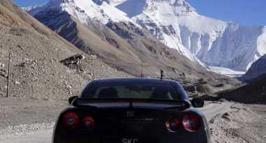 Pria Ini 'Mendaki' Gunung Everest dengan Nissan GT-R