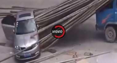 Nekat Terobos Lalu Lintas Padat, Mobil Ini Tertimbun Bambu