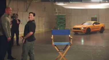 Momen Mengharukan Aktor Dwayne Johnson Serahkan Ford Mustang ke Veteran Perang