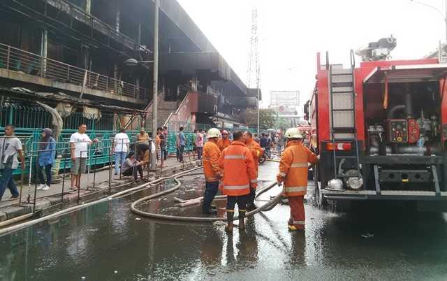 Petugas Damkar Masih Sisir Bara Api di Pasar Senen