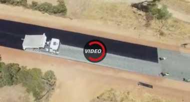 Jalan Aspal Sejauh 4,9 Km Ini Dibuat dalam Dua Hari