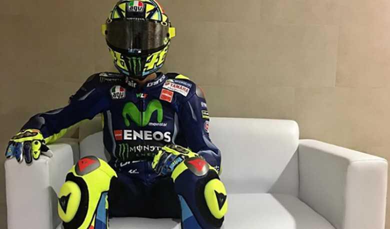 Kenakan Helm dan Baju Balap, Rossi Sapa <i>Fans</i> di Jakarta